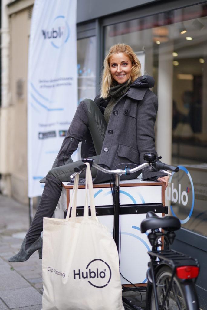 Femme sur vélo triporteur Hublo