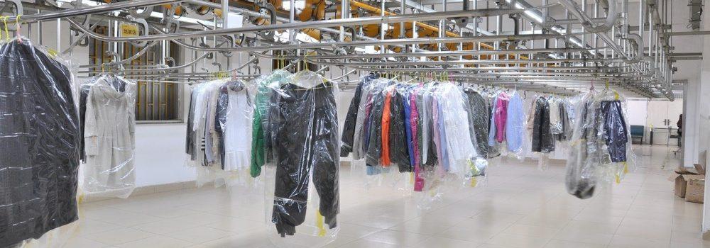 Vêtements de pressing sur un convoyeur